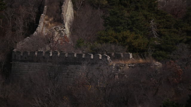 vídeos de stock e filmes b-roll de static aerial drone shot of the great wall of china in beijing china - aerial or drone pov or scenics or nature or cityscape
