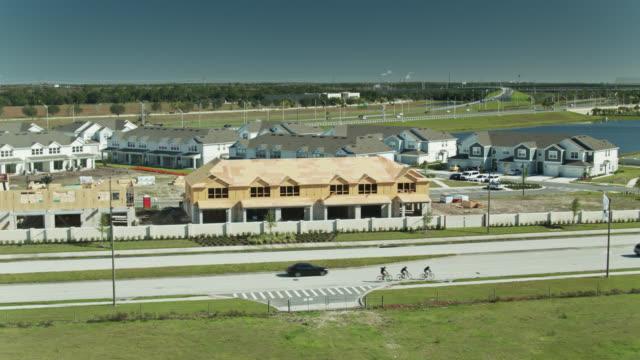 static aerial shot of suburban housing development under construction - mittelschicht stereotypen stock-videos und b-roll-filmmaterial