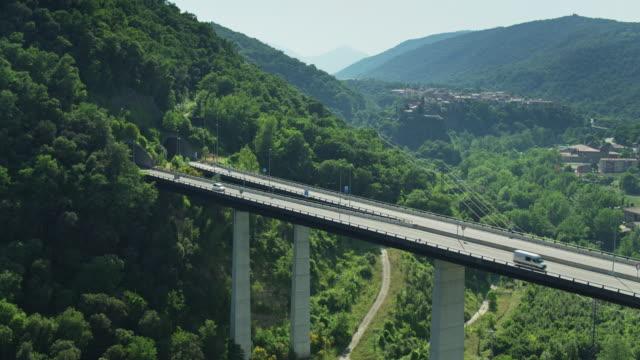 colpo di drone statico del tunnel e del ponte di autovia vicino a castellfollit de la roca - roca video stock e b–roll