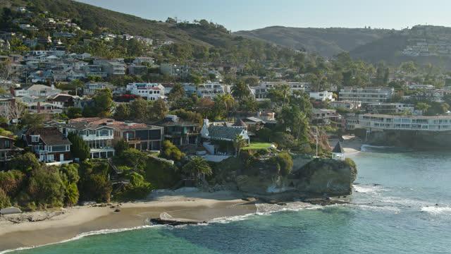 static drone shot of clifftop houses in laguna beach - laguna beach california stock videos & royalty-free footage