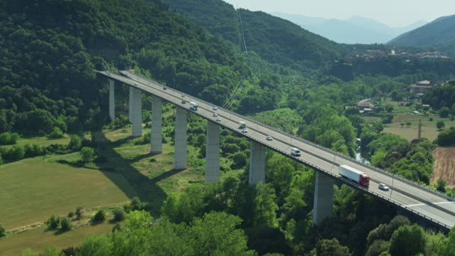 colpo drone statico del ponte motoway di autovía del eje pirenaico - roca video stock e b–roll