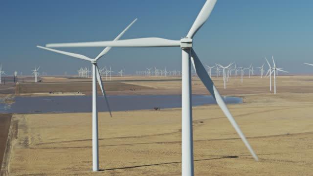 static drone shot of wind turbines in texas wind farm - generator stock-videos und b-roll-filmmaterial