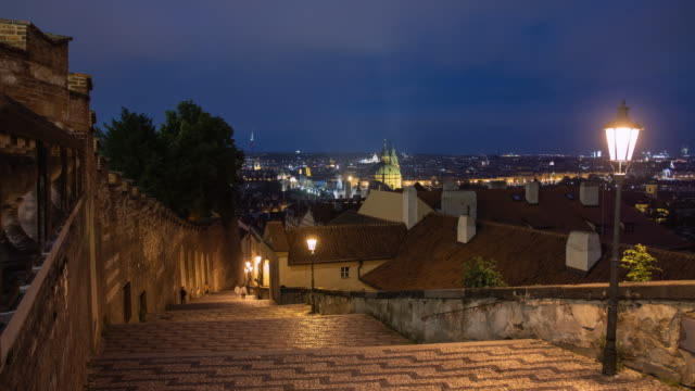 stockvideo's en b-roll-footage met static establishing timelapse of motion blurred tourists walking up and down the steps beside prague castle czech republic - praagse burcht