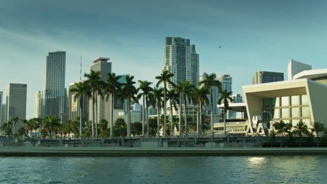 vídeos y material grabado en eventos de stock de static low drone shot of aa arena and downtown miami skyline - bahía de biscayne