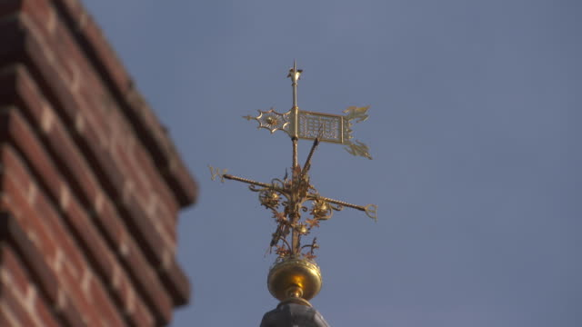 Static lowangle shot of a golden weather vane on St George's Chapel Windsor Castle UK FKAU104L Clip taken from programme rushes AEZQ152Y