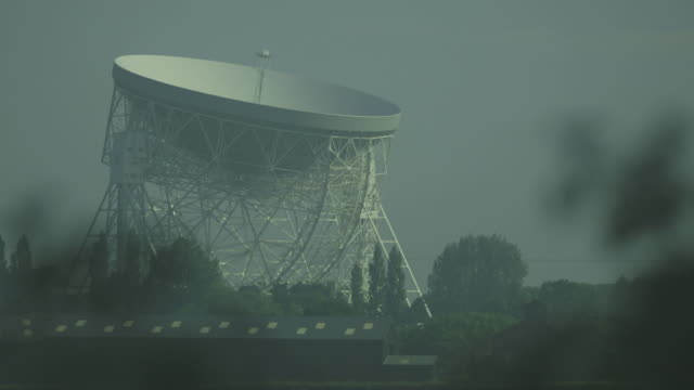 static medium shot showing the lovell telescope radio dish at the jodrell bank observatory on a muggy day, cheshire, uk. - observatory stock videos & royalty-free footage