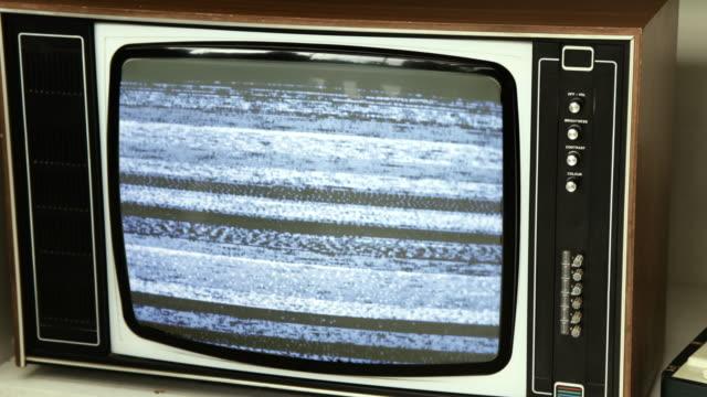 tv static på en gammal analog tv-apparat. 4k - felmeddelande bildbanksvideor och videomaterial från bakom kulisserna