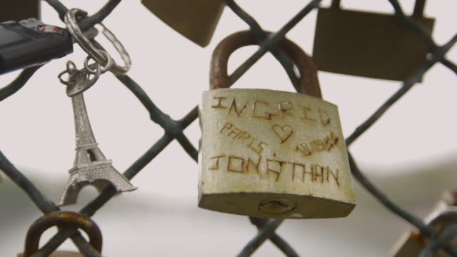 static shot of a 'love lock' commemorating the love of 'ingrid' and 'jonathan' attached to railings of paris' pont des arts, france, 2013. - eiffelturm nachbau stock-videos und b-roll-filmmaterial