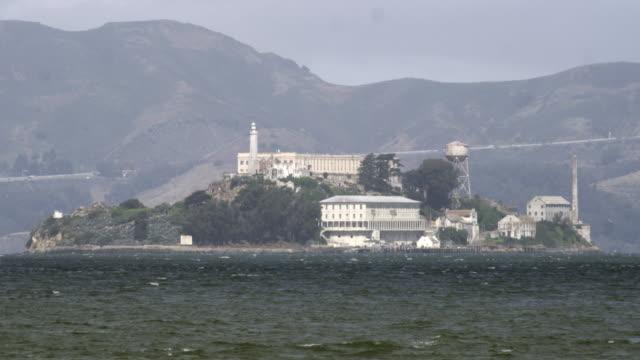 static shot of alcatraz island from across the bay. - アルカトラズ島点の映像素材/bロール