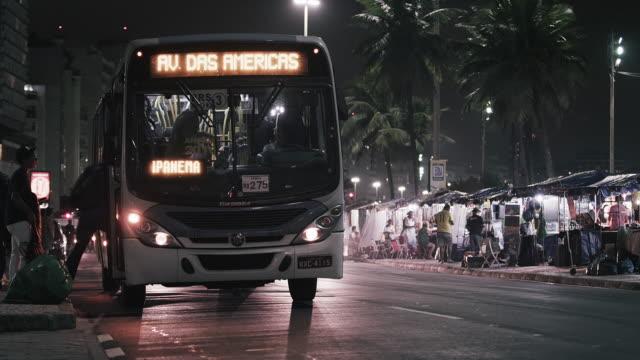 static shot of bus stop with busy traffic. - バス停留所点の映像素材/bロール