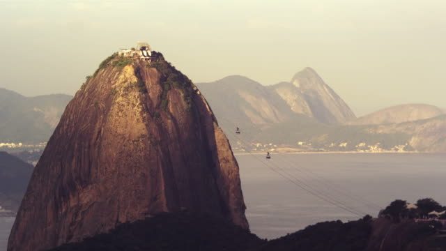 static shot of cable cars traveling to sugarloaf mountain - naturwunder stock-videos und b-roll-filmmaterial