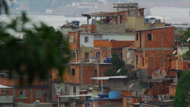 vídeos de stock, filmes e b-roll de static shot of impoverished community in rio de janeiro, brazil - imperfeição