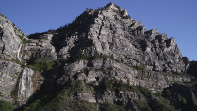 static shot of mountains and bridal veil falls in provo canyon. - provo stock-videos und b-roll-filmmaterial