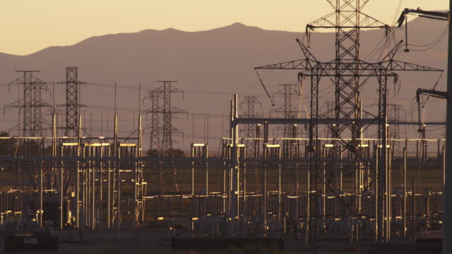 static shot of power and electrical lines with mountains. - プロボ点の映像素材/bロール