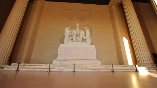 a static shot of the abraham lincoln statue at the lincoln memorial. - lincolndenkmal stock-videos und b-roll-filmmaterial