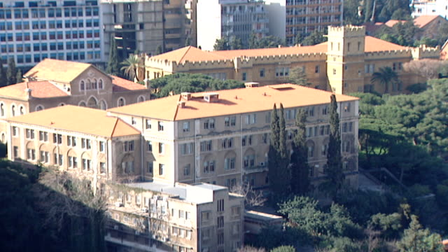 vídeos de stock, filmes e b-roll de static shot of the american university of beirut campus. the 61-acre campus is on a hill overlooking the mediterranean and bordering bliss street. - península