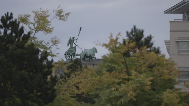 static shot of the brandenburg gate quadriga behind the greenery - cold war stock videos & royalty-free footage