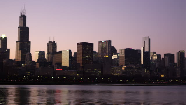 static shot of the chicago cityscape across the bay. - establishing shot点の映像素材/bロール