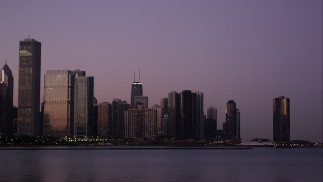 static shot of the chicago cityscape over the water. - establishing shot点の映像素材/bロール