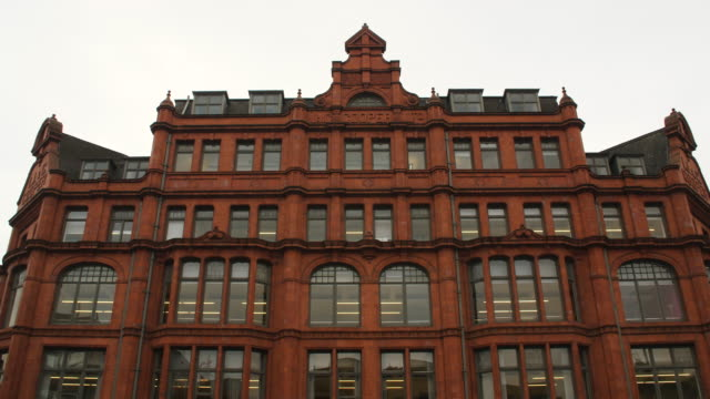 static shot of the j & g cooper warehouse in the northern quarter in central manchester - kunst, kultur und unterhaltung stock-videos und b-roll-filmmaterial