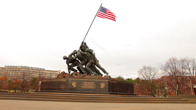 a static shot of the marine corps war memorial on a breezy day at morning. - figura maschile video stock e b–roll