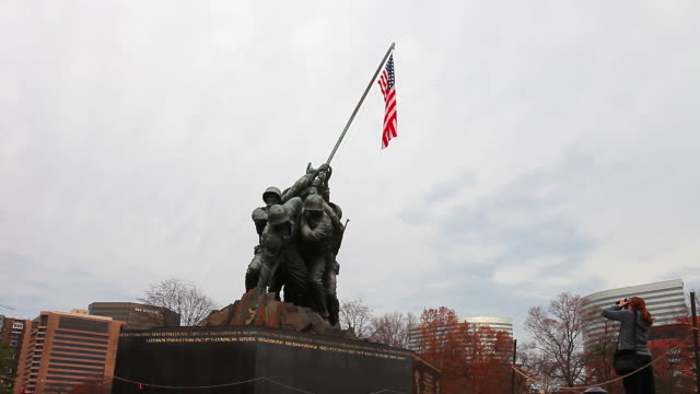 a static shot of the marine corps war memorial on a cloudy day. - figura maschile video stock e b–roll