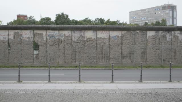 vídeos y material grabado en eventos de stock de static shot of the preserved remains of the berlin wall outside of the topography of terror museum - pared de cemento