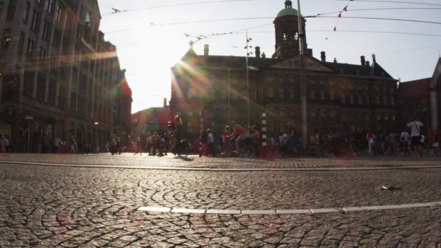 stockvideo's en b-roll-footage met static shot of the royal palace of amsterdam from across the street - kassei