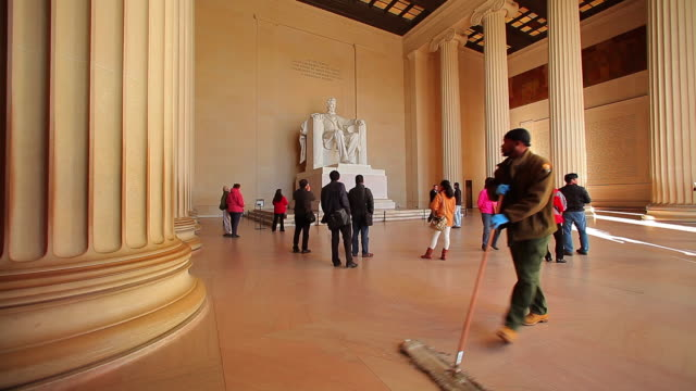 a static shot of tourists looking at the lincoln memorial in washington dc. - lincolndenkmal stock-videos und b-roll-filmmaterial