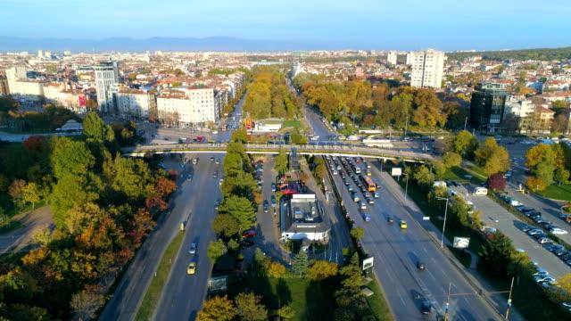 statische zeitlupe drohne schuss des stadtverkehrs - bulgarien stock-videos und b-roll-filmmaterial