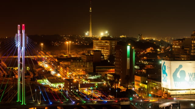 static timelapse at night shooting down on the nelson mandela bridge in the city centre of johannesburg, south africa during peak traffic time - ヨハネスブルグ点の映像素材/bロール