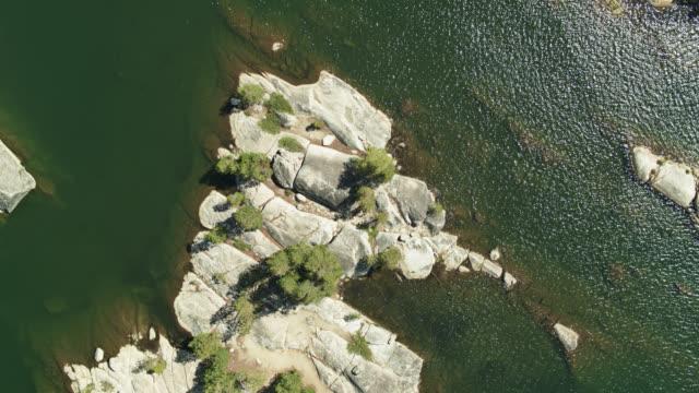 statische top-down-drohne schuss von felsen in reservoir in sierra nevada - amerikanische sierra nevada stock-videos und b-roll-filmmaterial