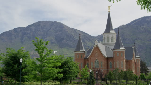 vídeos de stock e filmes b-roll de static view of the provo city center temple with y mountain in the background - provo