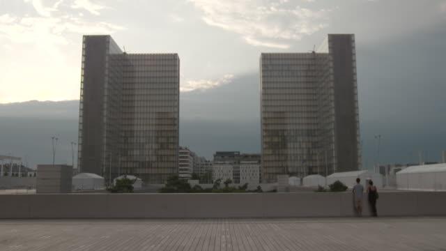 static wide shot of the glass towers of the bibliothèque nationale de france in paris - fönsterrad bildbanksvideor och videomaterial från bakom kulisserna