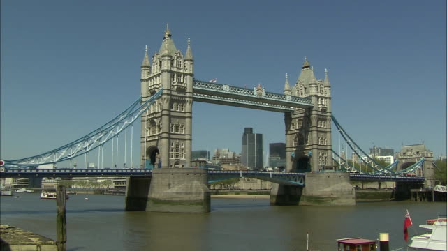 static wide shot shot tower bridge in london - suspension bridge stock videos & royalty-free footage