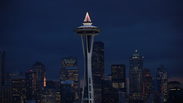 vídeos de stock e filmes b-roll de static zoomed view looking at the top of the space needle at night. - space needle