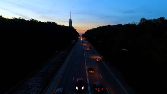 Stationäre Luftaufnahme des Stadtverkehrs in der Nacht