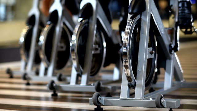 stockvideo's en b-roll-footage met stationary bicycles - healthclub