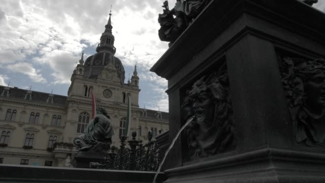 vidéos et rushes de statue and rathaus in graz old town, unesco world heritage site, graz, styria, austrian alps, austria, europe - rathaus