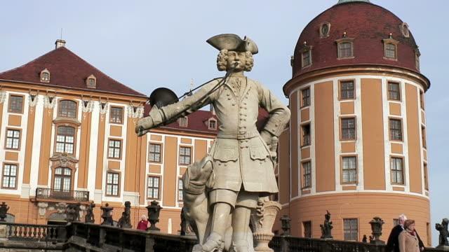 vídeos de stock e filmes b-roll de ms statue at schlob moritzburg / moritzburg, saxony, germany - figura masculina