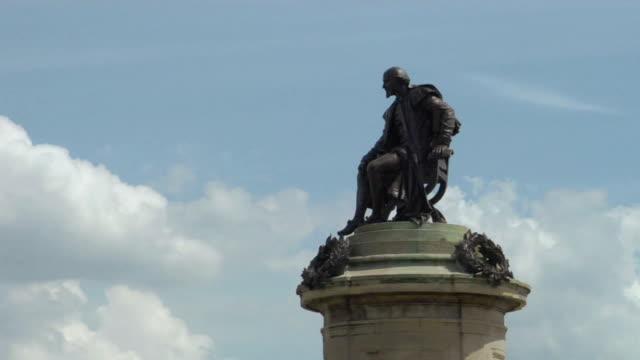 la ms zi statue atop william shakespeare memorial / stratford-upon-avon, england - william shakespeare stock videos & royalty-free footage