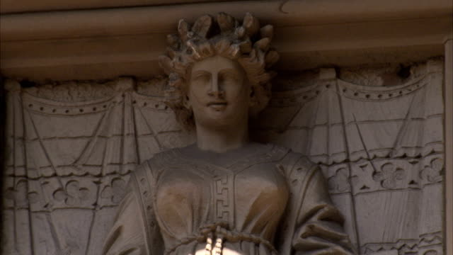 a statue decorates the facade of the manchester town hall in england. available in hd. - rathaus stock-videos und b-roll-filmmaterial