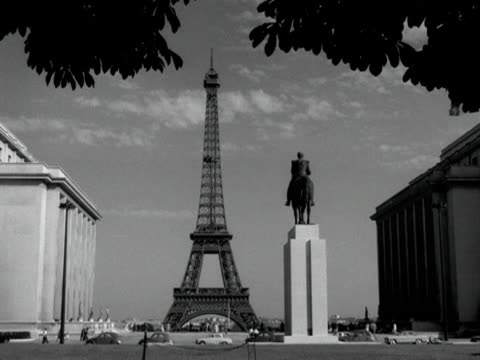 statue faces the eiffel tower. - bbc archive stock-videos und b-roll-filmmaterial