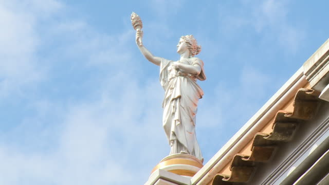 vídeos de stock e filmes b-roll de a statue holding a torch on a building - majestoso