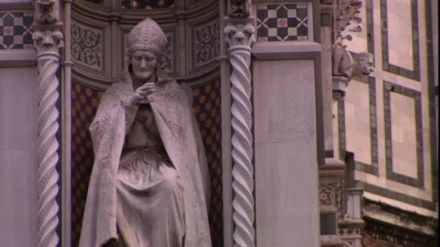 vídeos y material grabado en eventos de stock de a statue in a tiled niche depicts a pope. - estatua