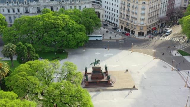 vidéos et rushes de statue dans le stationnement public de buenos aires - buenos aires