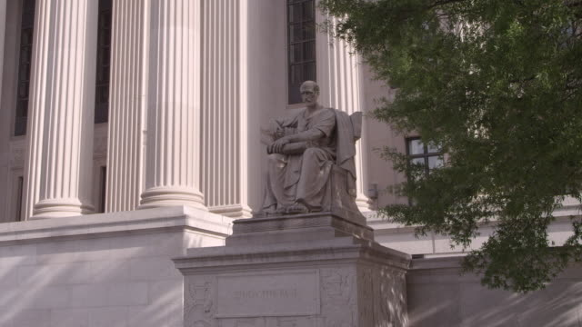 stockvideo's en b-roll-footage met tu statue in front of national archives building / washington dc, united states - national archives washington dc