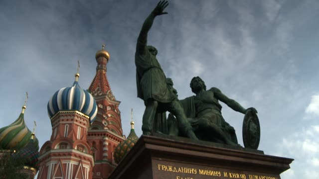 vídeos y material grabado en eventos de stock de a statue in front of st. basil's cathedral in moscow's red square depicts kuzma minin and prince dmitry pozharsky. available in hd. - plaza roja
