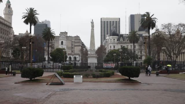 vidéos et rushes de statue looms over the plaza de mayo, which was the scene of the revolution on may 25th and has been central to the political life of the country ever... - buenos aires