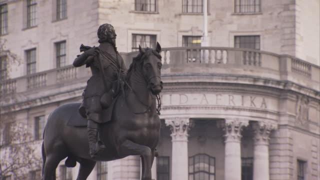 a statue near south africa house on trafalgar square depicts charles i on horseback. - attività equestre ricreativa video stock e b–roll